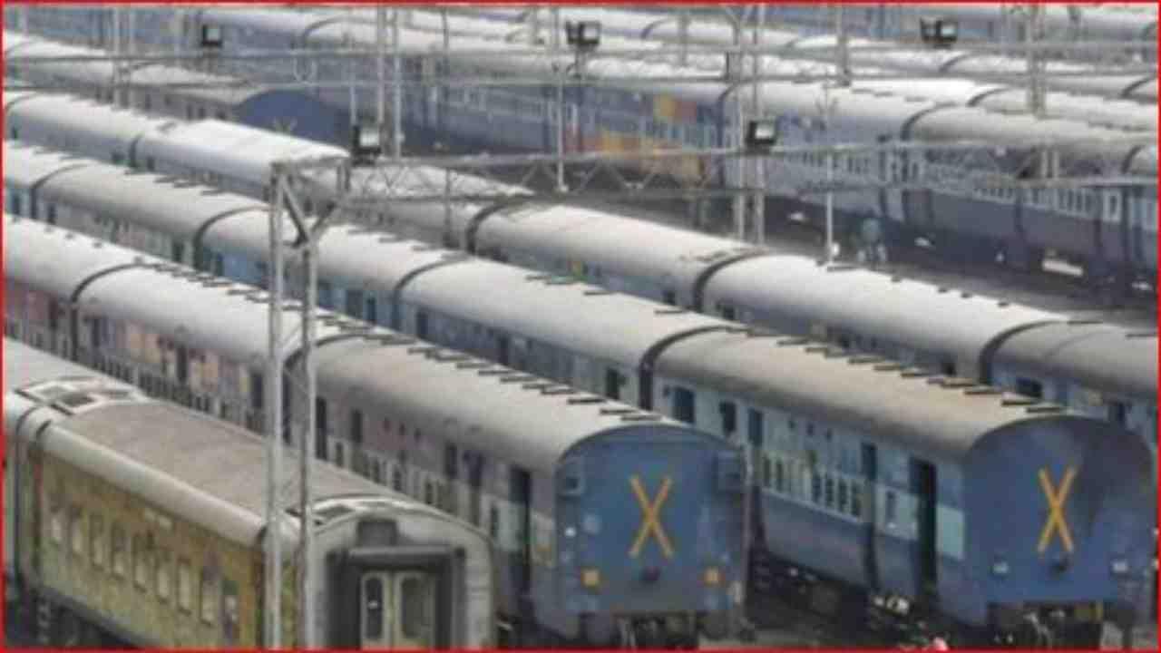गेल्यावर्षी कोरोनाकाळात भारतीय रेल्वेने भंगारात काढलेल्या वस्तुंची विक्री करुन मोठे उत्पन्न मिळवले होते. नव्या वर्षातही रेल्वेने भंगाराच्या विक्रीतून घसघशीत उत्पन्न मिळवले आहे.