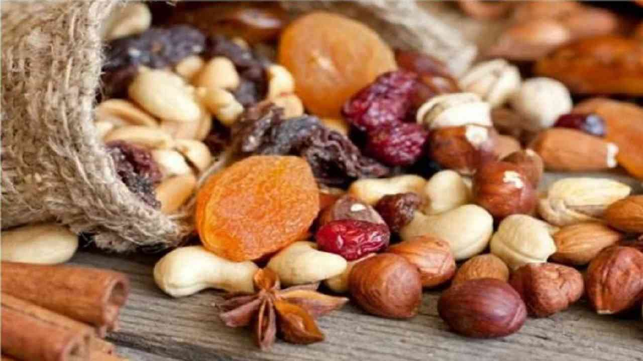 नट्स कोलेस्ट्रॉलची पातळी नियंत्रित ठेवण्यासाठी आपल्या दैनंदिन आहारात मूठभर काजू समाविष्ट करा. बदाम आणि इतर नट्स कोलेस्ट्रॉल सुधारू शकतात.