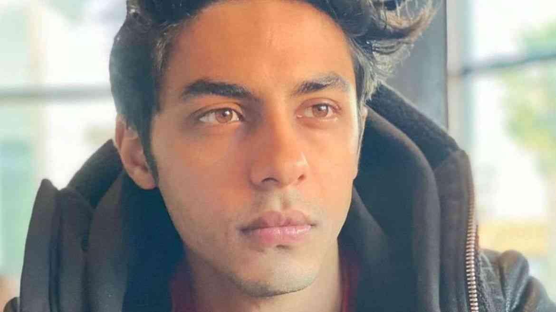 बॉलिवूड अभिनेता शाहरुख खानचा मुलगा आर्यन खानला ड्रग्ज प्रकरणी अटक झाली. क्रूझ ड्रग्ज पार्टी प्रकरणातून एनसीबीने आर्यनला अटक केली आहे. आर्यनच्याआधी सुशांत सिंग राजपूतच्या प्रकरणाने  संपूर्ण बॉलिवूडला हादरवून सोडले होते.