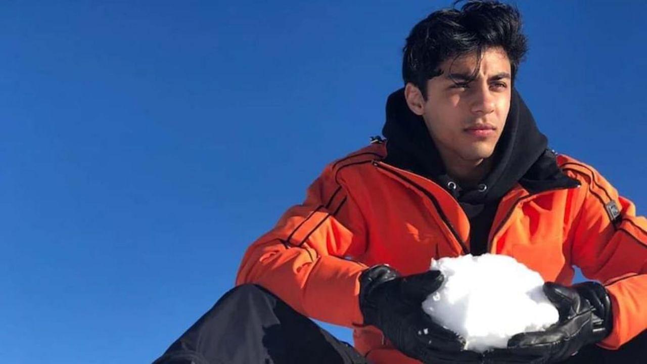 बॉलिवूडचा बादशाह शाहरुख खान याचा मोठा मुलगा आर्यन खान हा सध्या ड्रग्ज प्रकरणी एनसीबीच्या ताब्यात आहे. भर समुद्रात क्रुझमध्ये सुरु असलेल्या पार्टीत ड्रग्स बाळगलं आणि सेवन केल्या प्रकरणी एनसीबीने त्याला अटक केली आहे. एनसीबीने आर्यन याच्यासह आणखी सात जणांना ताब्यात घेतलं आहे. यापैकी आर्यन खान, त्याचा मित्र अरबाज मर्चंट आणि मुनमुन धमेचा यांना एनसीबीने आज दुपारी अटक केली. त्यानंतर त्यांना वैद्यकीय चाचणीसाठी जे जे रुग्णालयात नेण्यात आलं. त्यानंतर त्यांना मुंबईच्या किला न्यायालयात हजर करण्यात आलं. तिथे त्या तिघांना एक दिवसाची कोठडी सुनावण्यात आली. या प्रकरणात नेमक्या काय-काय घडामोडी घडल्या याच विषयाची माहिती आम्ही तुम्हाला देणार आहोत.