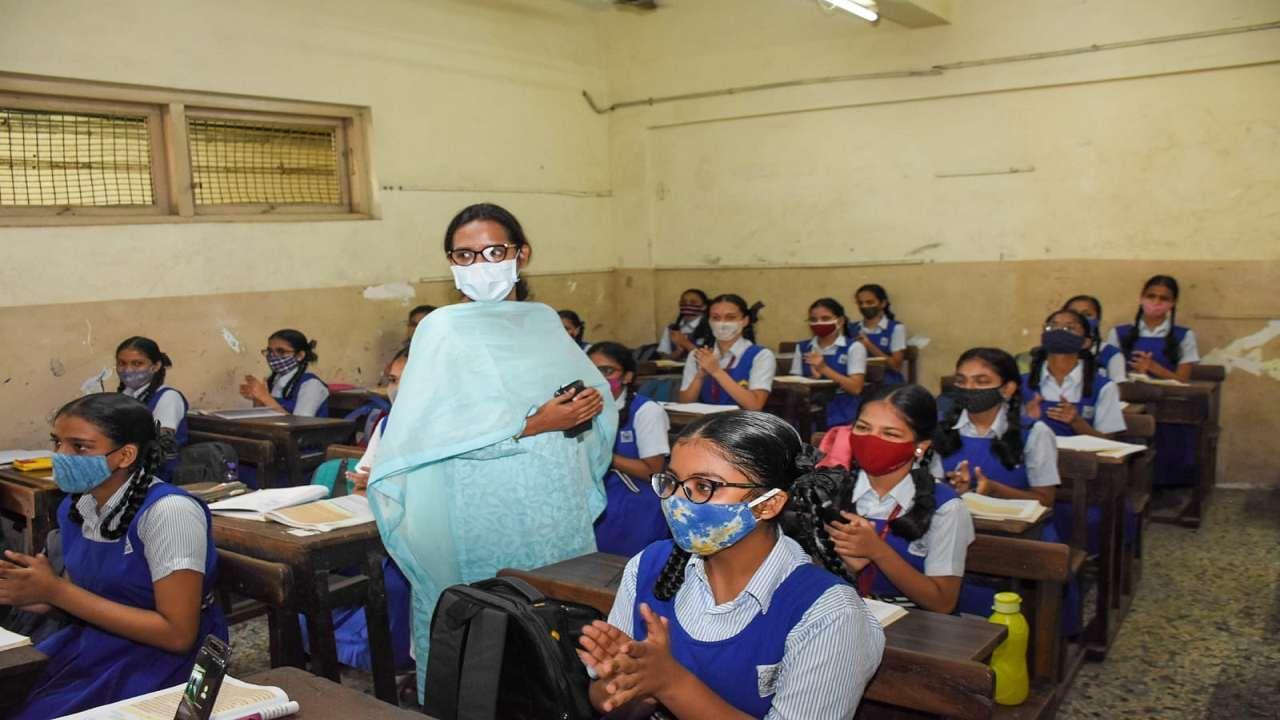महाराष्ट्राच्या ग्रामीण भागासह शहरांतल्या शाळाही सुरु झाल्या आहेत. तब्बल दीड वर्षानंतर शाळा सुरु झाल्यात. राज्याच्या शिक्षणमंत्री वर्षा गायकवाड यांनी सायन येथील डी. एस. स्कुल या शाळेला आज सकाळी भेट दिली. #BackToSchool अंतर्गत शाळेत हजेरी लावलेल्या विद्यार्थ्यांशी त्यांनी गप्पा मारल्या.