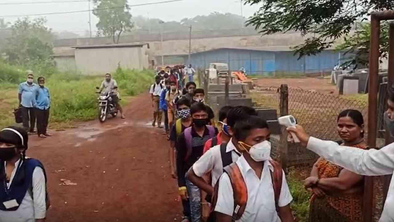 राज्य शासनाच्या निर्णयानुसार 4 ऑक्टोबर पासून प्राथमिकच्या 738 तर माध्यमिक शाळा 247 अशा 985 शाळांची घंटा सिंधुदुर्ग जिल्ह्यात वाजणार आहे.