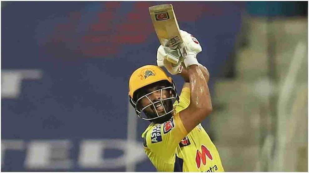 आयपीएल 2021 मध्ये चेन्नई सुपर किंग्जसाठी सर्वाधिक षटकार मारणारा फलंदाज ऋतुराज गायकवाड आहे. त्याने आतापर्यंत 20 षटकार ठोकले आहेत. त्याचबरोबर सर्वाधिक 508 धावा करणारा फलंदाजही तोच आहे. म्हणजेच आज जर त्याने त्याच्या डावात 3 षटकार आणि 21 किंवा त्याहून अधिक धावा केल्या तर केएल राहुलचे दोन्ही विक्रम मोडेल. ऋतुराज आज आयपीएल 2021 मध्ये आपला 13 वा सामना खेळणार आहे.