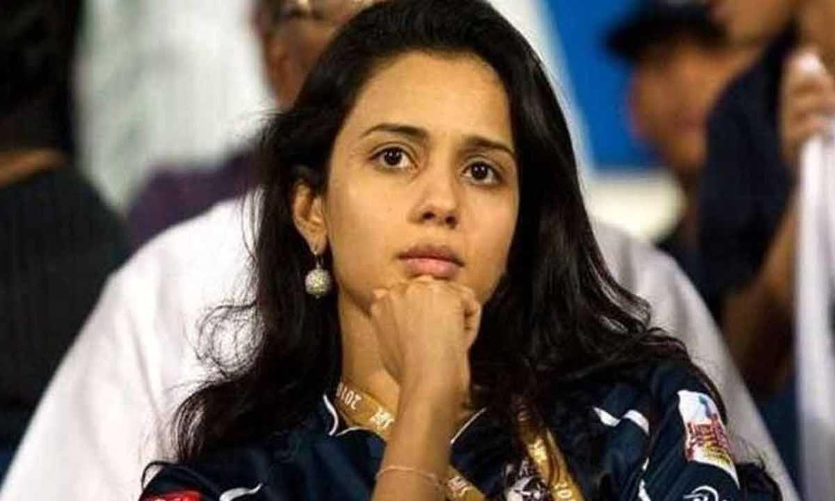 गायत्री रेड्डी (Gayatri Reddy) ही डेक्कन क्रॉनिकलचे (Deccan Chronicle) मालक टी वेंकटराम रेड्डी (T Venkatram Reddy) यांची मुलगी आहे, ज्यांच्याकडे आयपीएल टीम डेक्कन चार्जर्सची (Deccan Chargers) मालकी होती. आयपीएलच्या अनेक सामन्यांमध्ये ती स्टँडमध्ये दिसली होती. चाहत्यांना वाटायचे की ती दक्षिण भारतीय अभिनेत्री असावी. तिने खेळाडूंच्या लिलावातही भाग घेतला होता.