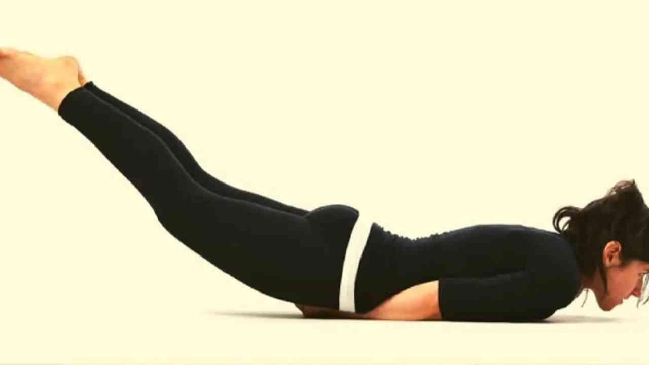 शलभासन हे आसन करण्यासाठी, तुम्ही तुमच्या पोटावर झोपता आणि तुमचे तळवे तुमच्या मांड्याखाली ठेवा. आपल्या दोन्ही पायांच्या टाचांना जोडा आणि आपल्या पायाची बोटे सरळ ठेवा. एक दीर्घ श्वास घ्या. काही सेकंद या स्थितीत रहा.