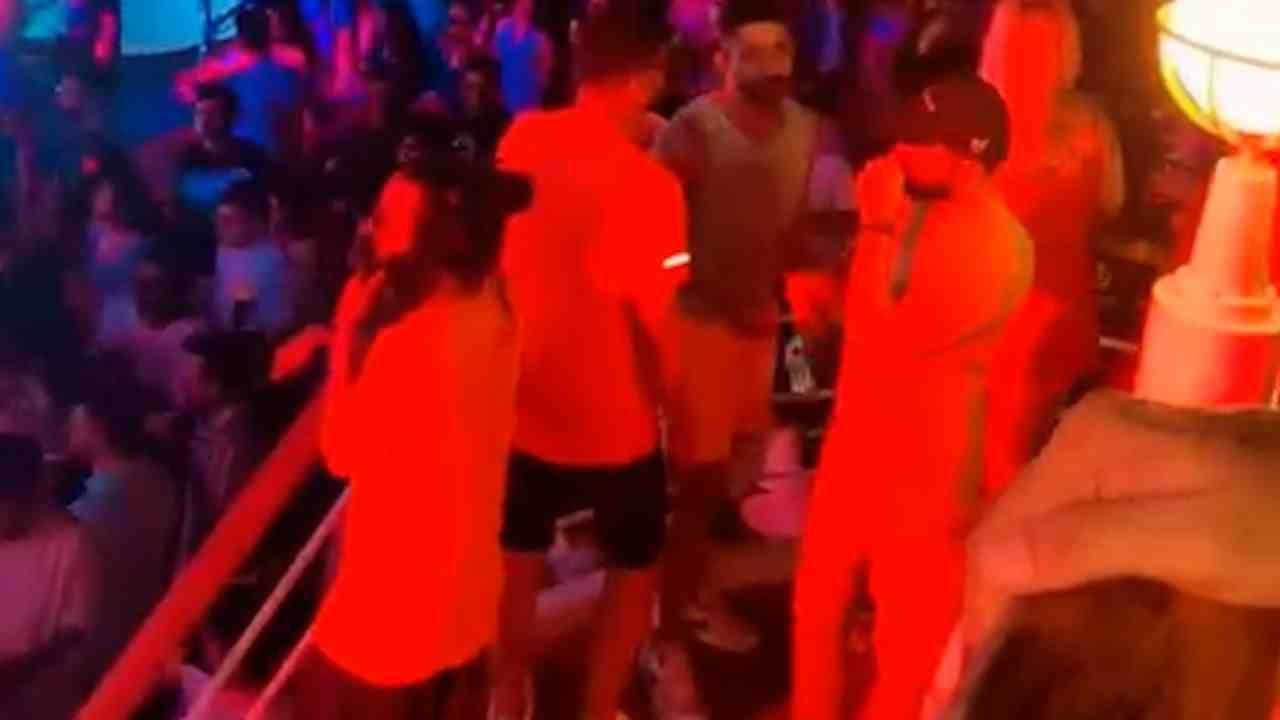 मुंबई-गोवा क्रूझवरील रेव्ह पार्टी प्रकरणात अभिनेता शाहरुख खानचा मुलगा आर्यन खानला एनसीबीने अटक केलं. या अटकेनंतर बॉलिवूड विश्वात चांगलीच खळबळ उडाली आहे. आता क्रूझवर झालेल्या या पार्टीचे काही इनसाईड फोटो समोर आले आहेत.