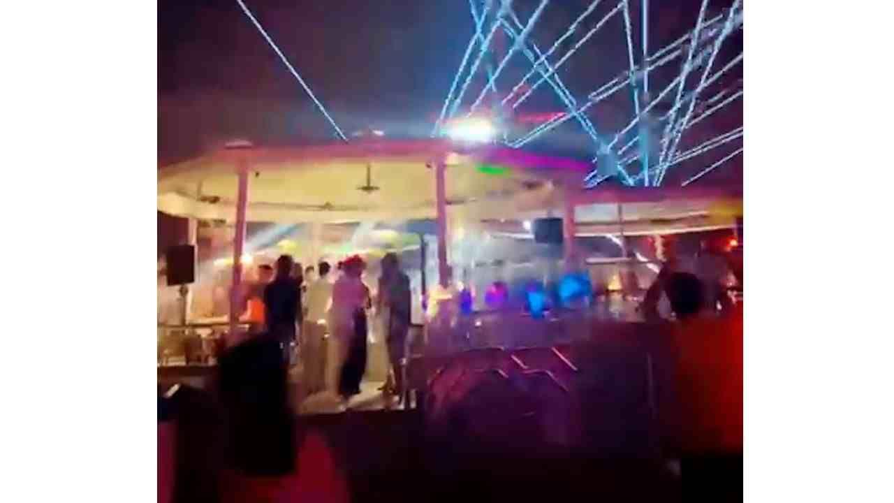 या पार्टीमध्ये डोळ्यांना दिपणारी प्रकाशयोजना करण्यात आली आहे. त्याच प्रमाणे तेथे जमा असलेले लोक बेधंद होऊन गाण्यावरती नाचत असल्याचेही दिसून येत आहे.