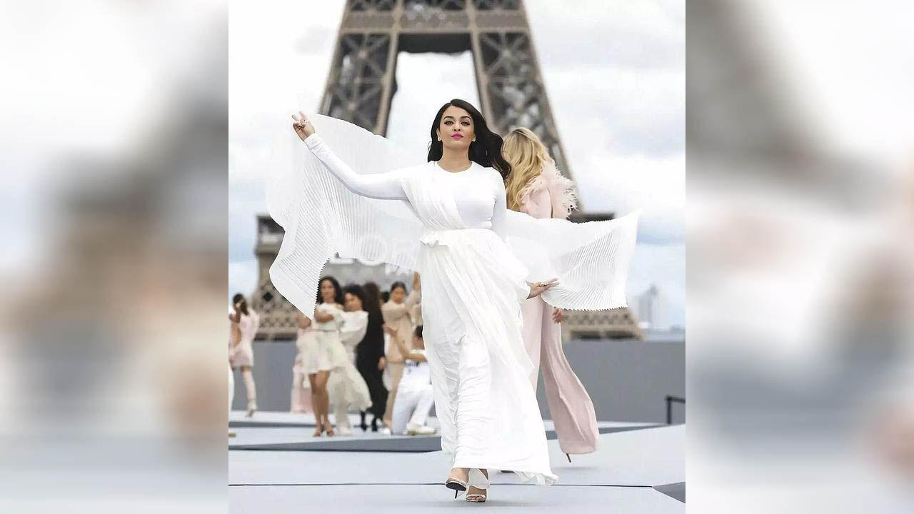 ऐश्वर्या राय-बच्चनने 'पॅरिस फॅशन वीक 2021' मध्ये सुंदर पांढरा गाऊन परिधान करून रॅम्प वॉक केला. तिचा हा लूक पाहून तिथे उपस्थित असलेले प्रत्येकजण मोहित झाले. ऐश्वर्या तिच्या आउटफिटमध्ये खूप सुंदर दिसत होती. फोटोत तुम्ही देखील पाहू शकता की, ऐश्वर्या या पांढऱ्या गाऊनमध्ये खूप सुंदर दिसत आहे.