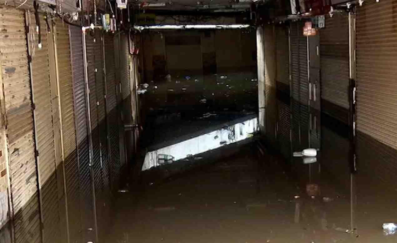 पुणे शहरात सोमवारी संध्याकाळी परतीचा मुसळधार पाऊस झाला. या पावसाचा जोर इतका होता की अवघ्या दोन तासांमध्ये शहरातील अनेक भाग जलमय झाले.