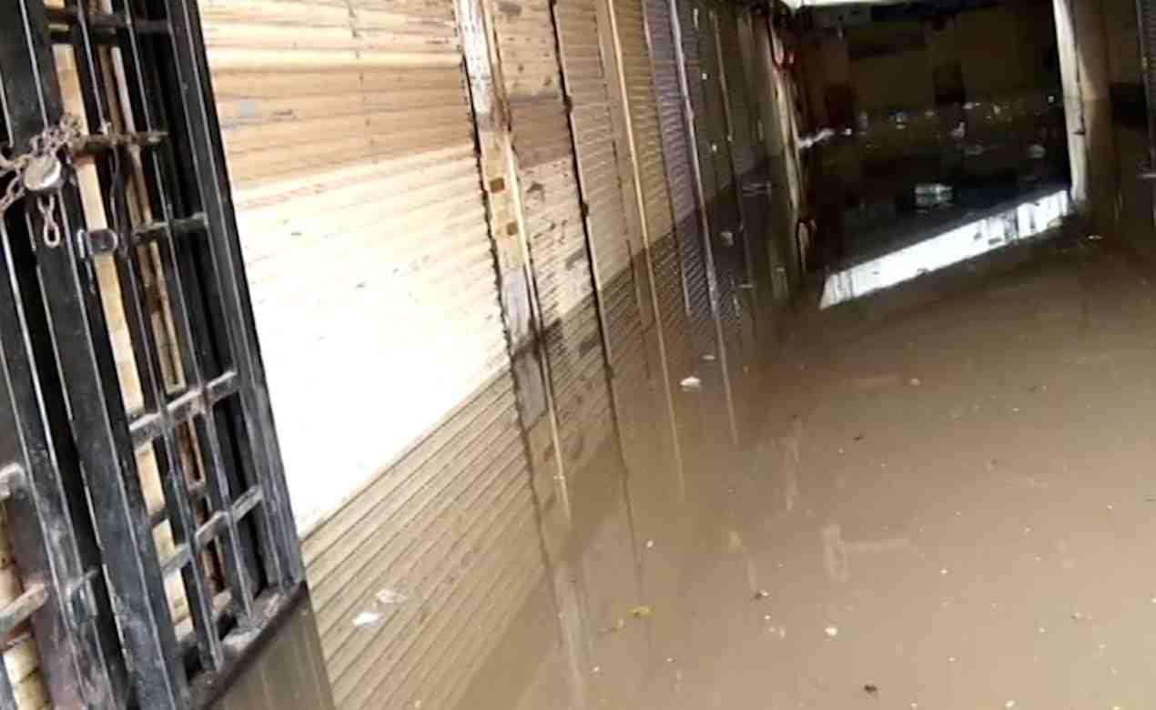 पुणे रेल्वे स्टेशन परिसरातील भुयारी मार्गात पाणी साचले होते. या परिसरातील तुकारामशेठ शिंदे वाहनतळाचा तळमजला अवघ्या काही तासांमध्ये पूर्ण पाण्याखाली गेला.