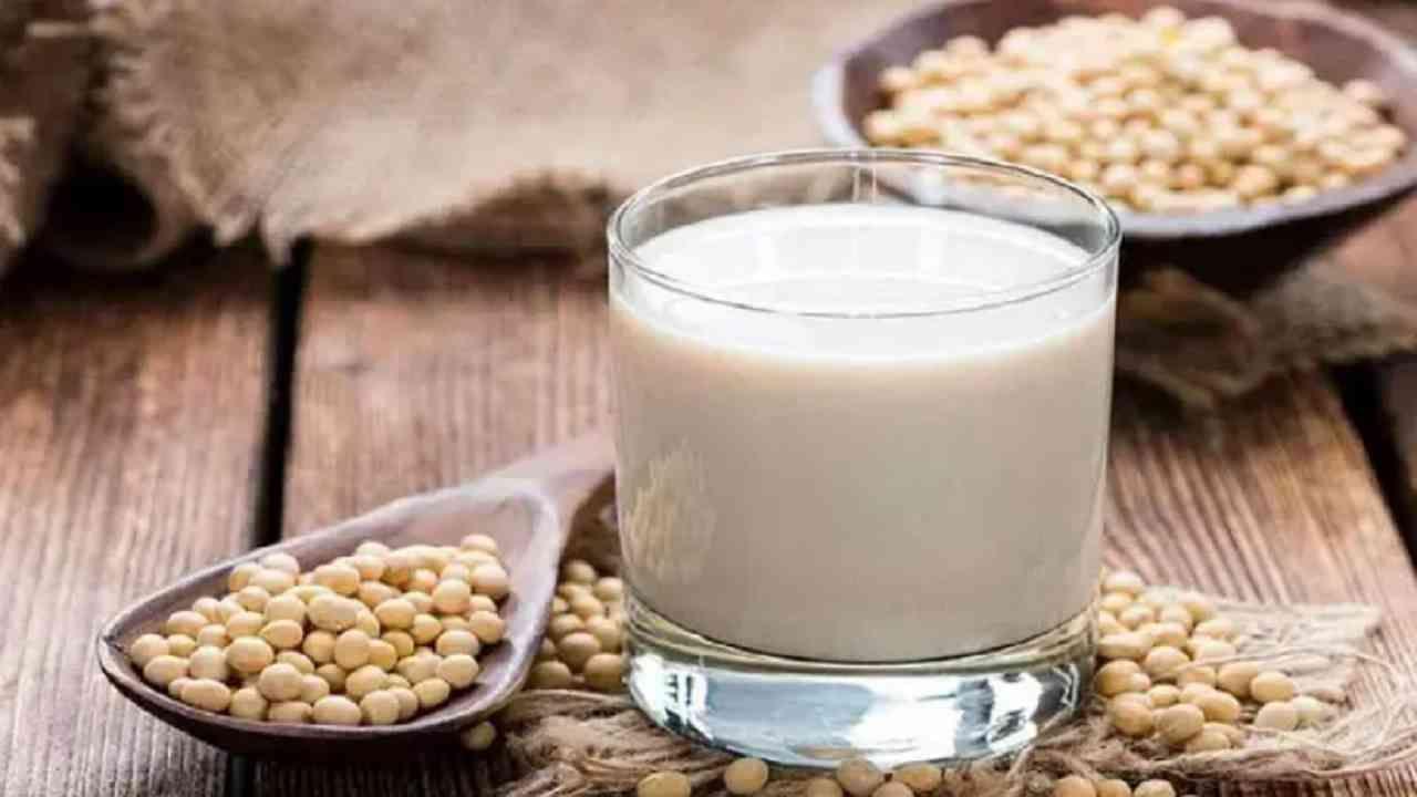 सोया स्मूदी सोयाबीनपासून बनवली जाते. हे नैसर्गिकरित्या कोलेस्टेरॉल, संतृप्त चरबी, कमी कॅलरीज आणि पूर्णपणे लैक्टोज नसलेले असते. त्यामुळे हृदयरोगाने ग्रस्त लोकांसाठी हे फायदेशीर आहे. सोयाबीन आणि सोया स्मूदी हे प्रथिने, कॅल्शियम आणि पोटॅशियमचे चांगले स्रोत आहेत.