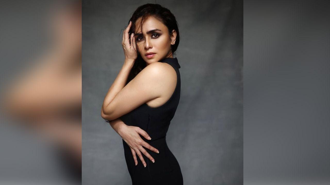 अभिनय आणि सौंदर्य यांचा सुंदर मिलाफ असणारी महाराष्ट्राची लाडकी अभिनेत्री अमृता खानविलकर सध्या चाहत्यांसाठी वेगवेगळ्या अंदाजात फोटोशूट करतेय.