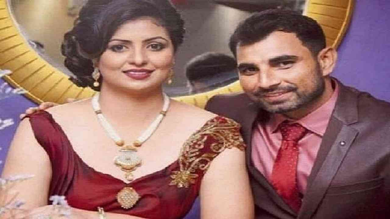 भारतीय क्रिकेट टीममधील सर्वेत्तम गोलंदाज मोहम्मद शमी यांची पत्नी हसीन जहां सोशल मीडियावर चांगलीच सक्रिय आहे. ती नेहमीच वेगवेगळे व्हिडीओ फोटो शेअर करत असते. नुकताच तिने एक टॉपलेस व्हिडीओ शेअर केला आहे, यामुळे ती चर्चेत आली आहे.