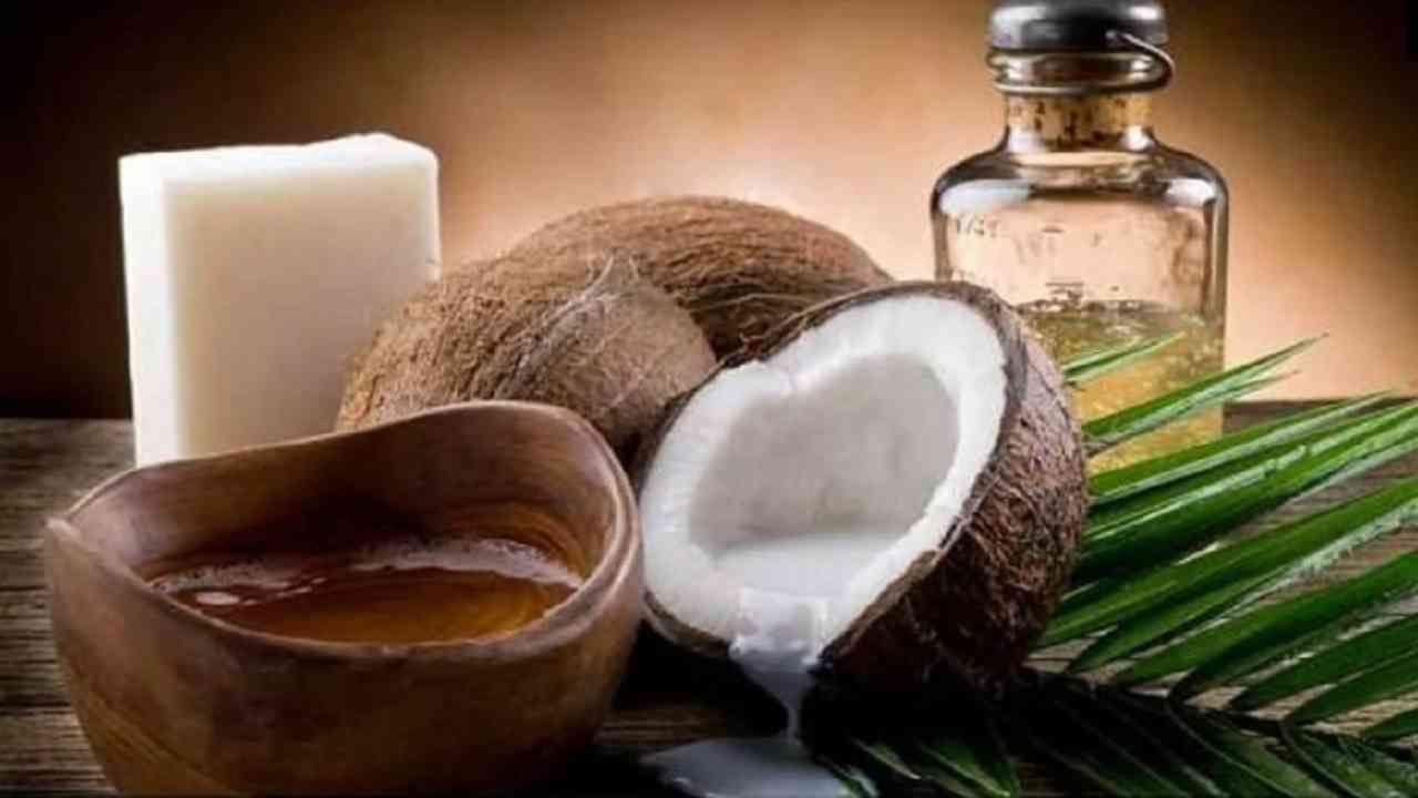 नारळ तेल आणि बदाम तेल मिक्स करून त्वचेला लावा. कारण झोपेच्या आधी नारळाचे तेल लावल्याने त्वचेला ताजेपणा मिळतो.