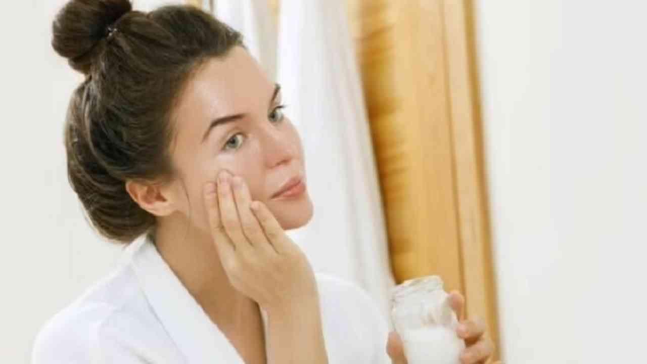 रात्री दररोज आपल्या चेहऱ्यावर नाईट क्रीम लावा. यामुळे आपल्या त्वचेच्या सर्व समस्या दूर होण्यास मदत मिळते.