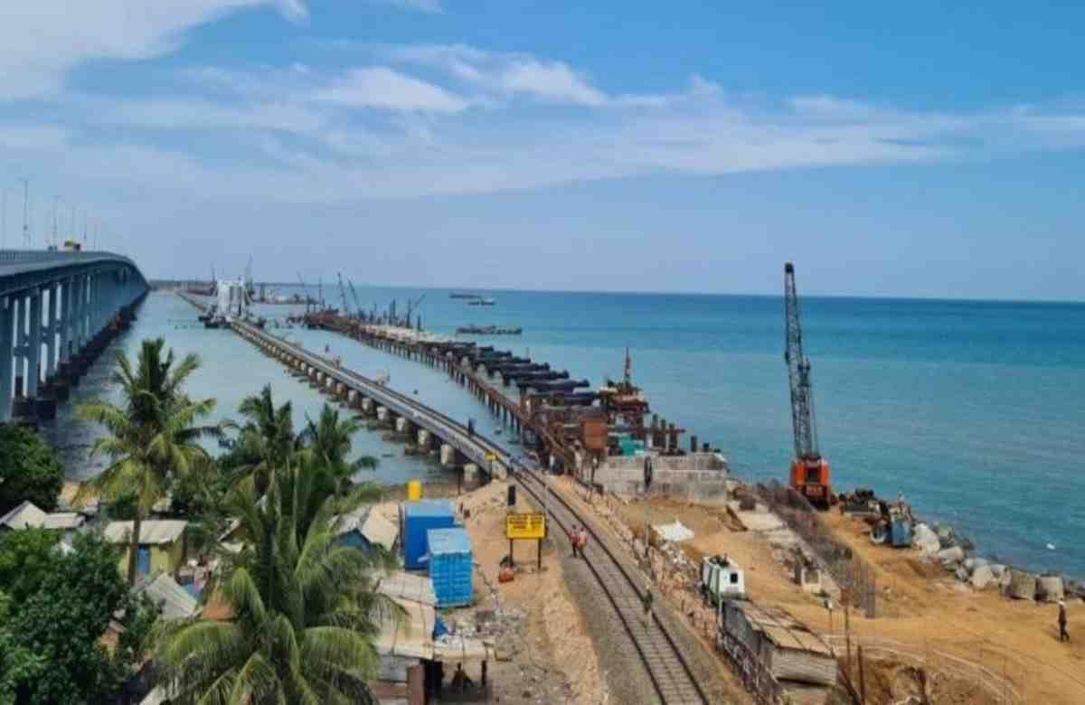 या रेल्वे पुलाची एकूण लांबी 2.07 किमी असेल आणि रामेश्वरम धामला भेट देऊ इच्छिणाऱ्या भक्तांसाठी वरदान ठरेल. रामेश्वरमसह धनुष्कोडीला जाणारे प्रवासीही या पुलाचा वापर करतील आणि काही मिनिटांत तासांचा प्रवास पूर्ण होईल. नवीन पंबन ब्रीज सुरु झाल्यानंतर जुना पूल बंद करण्यात येईल. या भव्य पुलाच्या बांधकामासाठी सुमारे 280 कोटी रुपये खर्च केले जात आहेत.