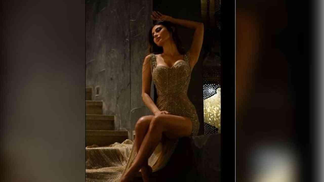 थाई रेशीम ड्रेस गेल्या काही वर्षांमध्ये खूप लोकप्रिय झाला आहे. मलायका अरोरा, करीना कपूर खान, नोरा फतेहीसह अनेक अभिनेत्री अशा ड्रेसमध्ये दिसल्या आहेत. आता या यादीत फॅशन दिवा मौनी रॉयचं नावही समाविष्ट करण्यात आलं आहे. अभिनेत्रीनं अलीकडेच तिच्या इन्स्टाग्रामवर मेटॅलिक थाई स्लिट गाऊन घातलेले काही फोटो शेअर केले आहेत.