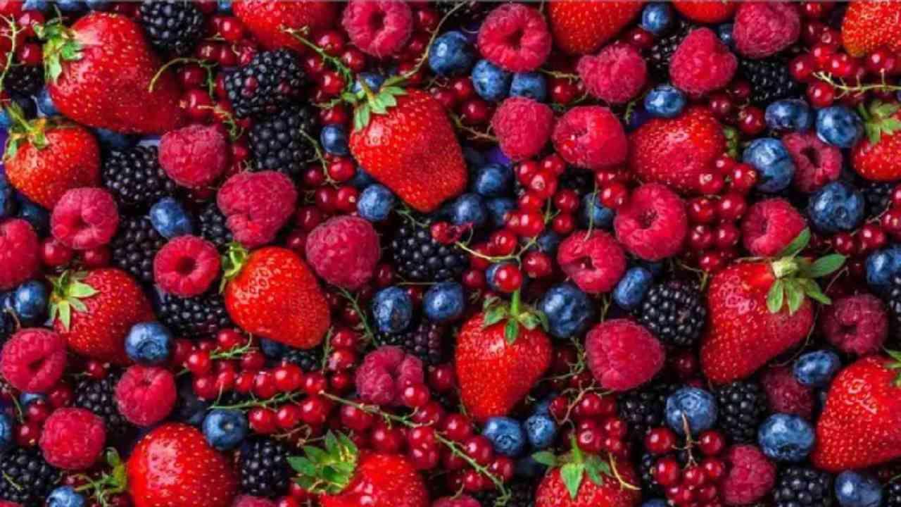 स्ट्रॉबेरी किंवा ब्लूबेरी सारख्या बेरी देखील आपल्याला चमकदार त्वचा देऊ शकतात. ते आपल्या शरीरातील विषारी पदार्थ काढून टाकतात. सकाळच्या नाश्त्यामध्ये तुम्ही स्ट्रॉबेरीचा समावेश करू शकता. स्ट्रॉबेरी बारीक रेषा आणि सुरकुत्या देखील कमी करण्यास मदत करते.