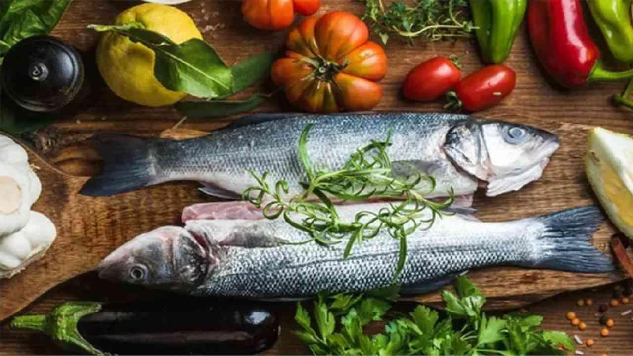 मासे आपल्या शरीरासाठी आणि त्वचेसाठी खूप चांगले आहेत. आपली त्वचा चमकदार आणि निरोगी ठेवण्यासाठी ओमेगा 3 आणि पोषक तत्त्वे आवश्यक आहेत. साल्मन, सार्डिन सारखे मासे त्वचा निरोगी ठेवण्यास मदत करतात.