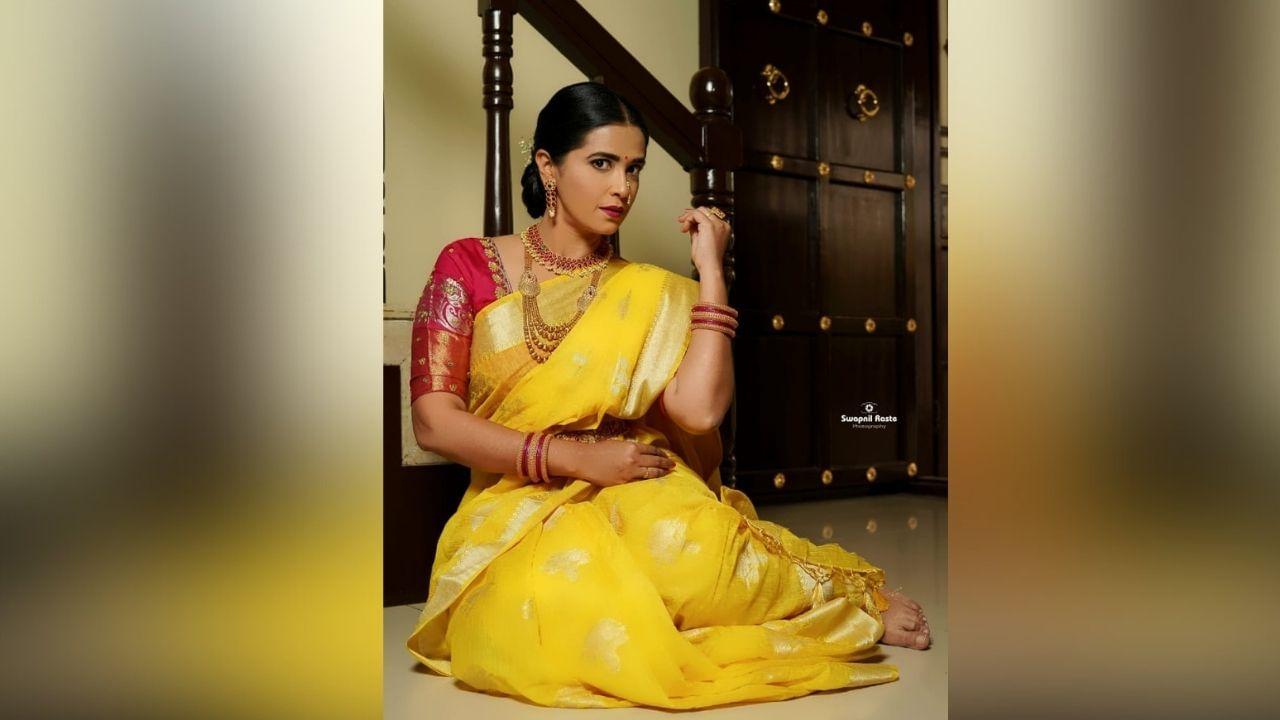 बिग बॉस फेम अभिनेत्री शर्मिष्ठा राऊतनं एक सुंदर फोटोशूट केलं आहे. या फोटोंमध्ये तिनं पिवळ्या रंगाची साडी परिधान केली आहे.