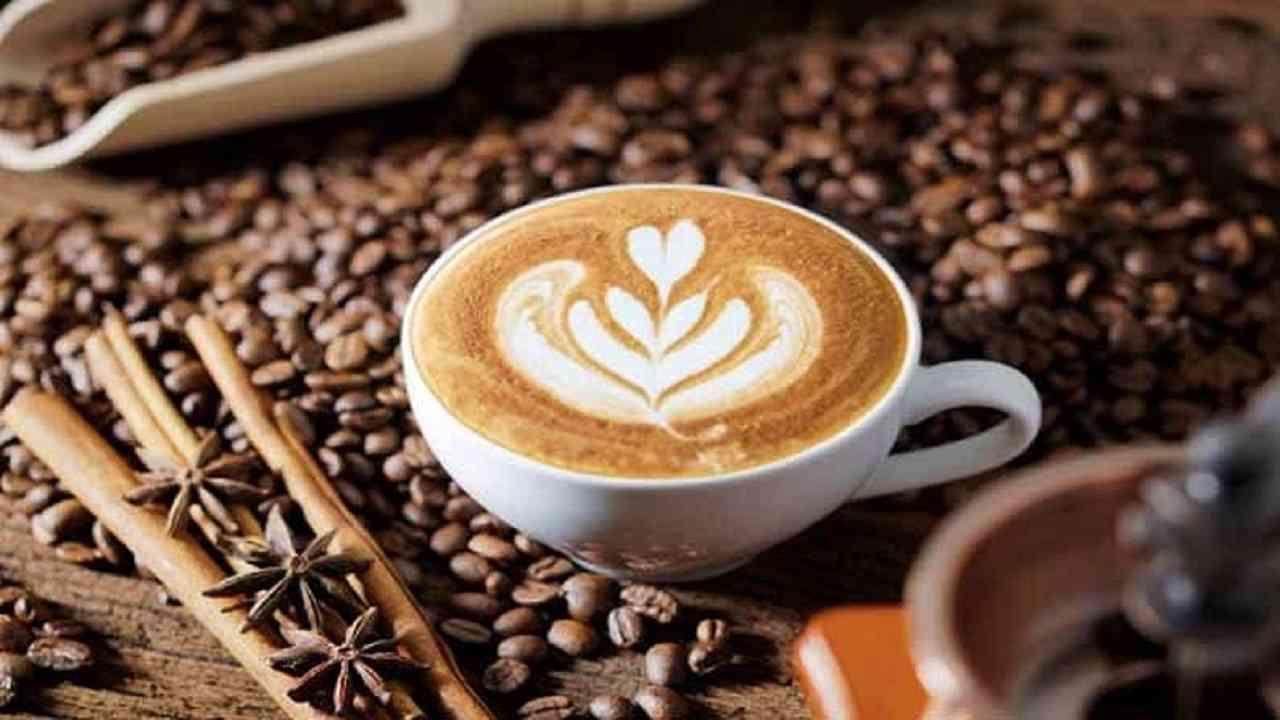कॉफी तुमचा स्टॅमिना वाढवण्यास मदत करते. कॅफीन एड्रेनालाईन सोडते आणि स्नायूंना जलद रक्त पंप करण्यास मदत करते. त्यातून वेगाने ऊर्जा निर्माण होते. कॉफी निवडताना शक्यतो ब्लॅक कॉफीची निवड करा, कारण त्यात कॅलरीज कमी असतात.