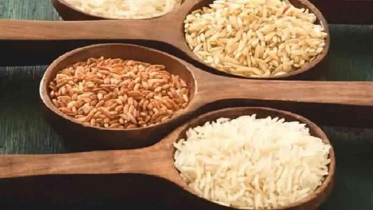 ब्राऊन राईस हा कार्बोहायड्रेट्सचा मुख्य स्रोत आहे. पांढऱ्या तांदळापेक्षा ब्राऊन राईसवर कमी प्रक्रिया केली जाते. हे आपल्या शरीराला अधिक पोषक प्रदान करते. तसेच पचायला जास्त वेळ लागतो, ज्यामुळे तुमचे पोट बराच वेळ भरलेले राहते.