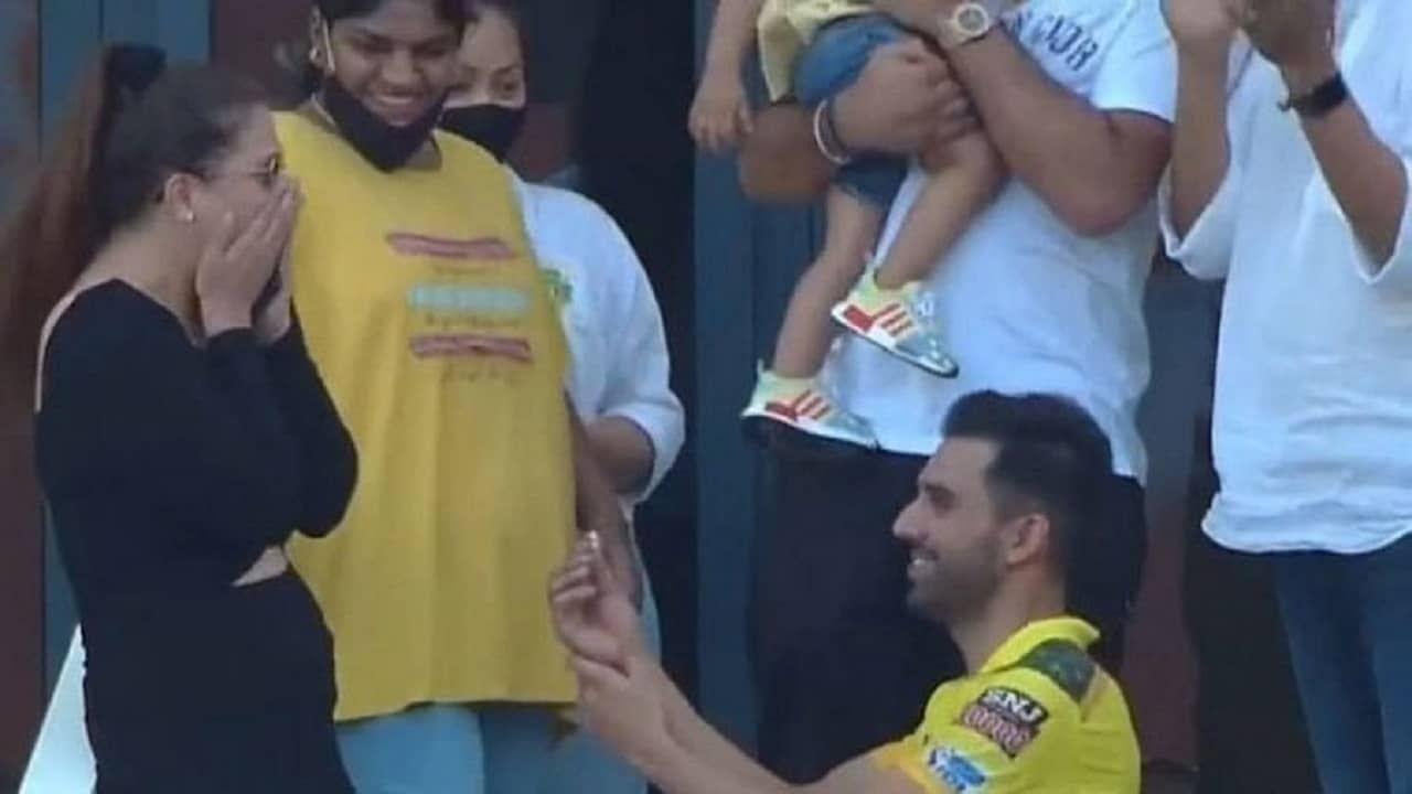 आयपीएलच्या चेन्नई सुपर किंग्स (CSK) विरुद्ध पंजाब किंग्स या संघामधील सामन्यात चेन्नईला 6 विकेट्सने पराभव पत्करावा लागला. पण चेन्नईचा गोलंदाज दीपक चाहरने (Deepak Chahar) मात्र प्रेमाच्या मैदानात बाजी मारली. सामना होताच त्याने त्याच्या  गर्लफ्रेंडला प्रपोज केलं. तिनेही त्याचं प्रपोज स्वीकारत त्याला मिठी मारली. दरम्यान यानंतर सर्वत्र सामन्यापेक्षा दीपकच्याच प्रपोजची चर्चा असून दीपकची गर्लफ्रेंड नेमकी आहे कोण? असा प्रश्न अनेकांना पडला आहे.