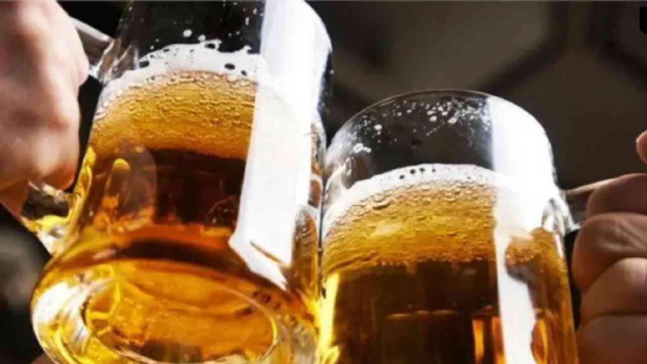 अल्कोहोल - तज्ञांच्या मते, जास्त मद्यपान केल्याने स्ट्रोक होऊ शकतो. दररोज जास्त प्रमाणात मद्यपान केल्याने रक्तदाब वाढतो.