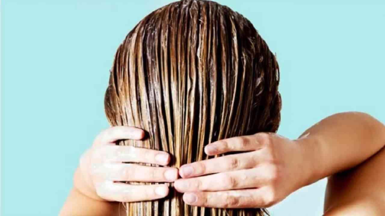 आपण स्पाच्या अनुभवासाठी स्टीम घेऊ शकता. स्टीमिंग तेल केसांच्या शाफ्टमध्ये खोलवर प्रवेश करते. ज्यामुळे ते सर्व पोषकद्रव्ये शोषून घेते. आपल्या केसांना घरी स्टीम करण्यासाठी तुम्हाला कोणत्याही विशेष उपकरणांची गरज नाही.
