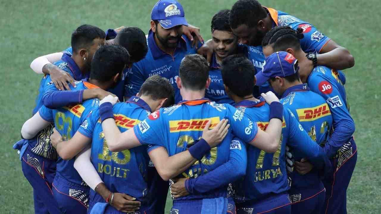 आयपीएलच्या साखळी फेरीतील आपल्या अखेरच्या सामन्यात सनरायझर्स हैदराबादवर 42 धावांनी मात करत मुंबईने स्पर्धेचा शेवट गोड केला आहे. या सामन्यात मुंबईच्या फलंदाजांनी पहिल्या चेंडूपासून हैदराबादच्या गोलंदाजांवर तुफान हल्ला चढवला. इशान किशनच्या 84 आणि सूर्यकुमार यादवच्या 82 धावांच्या खेळीच्या जोरावर मुंबईने प्रथम फलंदाजी करताना 235 धावांचा डोंगर उभा केला होता. त्या प्रत्युत्तरात खेळणाऱ्या सनरायझर्स हैदराबादच्या फलंदाजांना निर्धारित 20 षटकात 193 धावांपर्यंत मजल मारता आली. त्यामुळे मुंबईने या सामन्यात 42 धावांनी मोठा विजय मिळवला. या सामन्यात मुंबईच्या संघाने अनेक विक्रमांना गवसणी घातली.