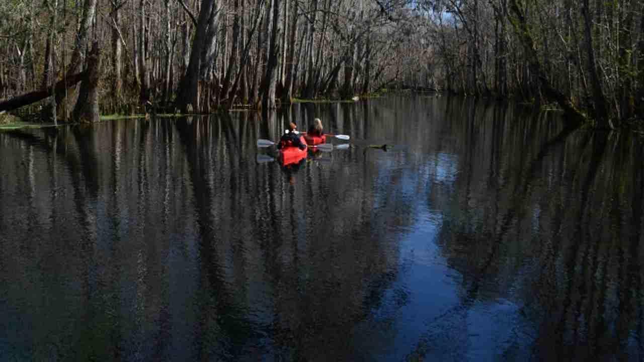 सँटा फे नदी, फ्लोरिडा: ही नदी अमेरिकेच्या उत्तर फ्लोरिडामध्ये आहे, ज्याची लांबी सुमारे 121 किलोमीटर आहे. जरी ती पूर्णपणे भूमिगत नसली, तरी ते 5 किमीपर्यंत भूगर्भातून वाहते. ओ'लेनो स्टेट पार्कमध्ये नदी एका मोठ्या सिंकहोलमध्ये येते आणि 5 किमीपर्यंत भूमिगत जाते. नंतर 5 किलोमीटर पुढे ते जलाशय राज्य उद्यानात दिसते.