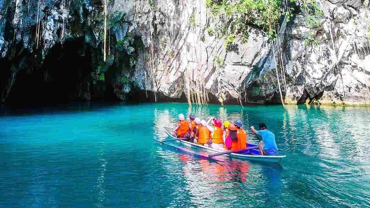 पर्टो प्रिंसेसा नदी, फिलिपिन्स: दक्षिण -पश्चिम फिलिपिन्समधील प्यूर्टो प्रिंसेसा नदी युनेस्कोच्या जागतिक वारसा स्थळांच्या यादीत समाविष्ट करण्यात आली आहे. या नदीची लांबी सुमारे पाच मैल आहे. ही सुंदर नदी जमिनीखालील लेण्यांमधून वाहते आणि समुद्राला मिळते. येथे एका दिवसात फक्त 600 पर्यटकांना परवानगी आहे.