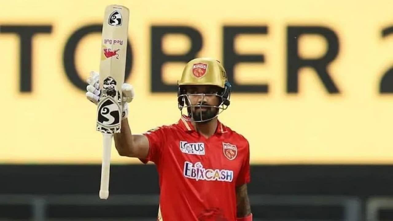 या यादीत सर्वात पहिलं नाव आहे पंजाब किंग्सचा कर्णधार केएल राहुलचं. त्याने तब्बल 30 षटकार उडवत 13 सामन्यात 626 रन्स बनवले आहेत. यावेळी त्याचा स्ट्राइक रेट 138.80 इतका होता.