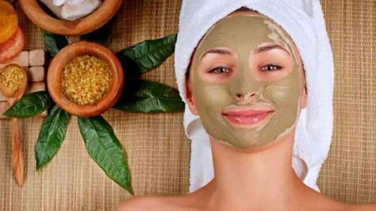 कापूरचा तुकडा, एक चमचा मुलतानी मिट्टी, गुलाबपाणी आणि काही थेंब मध यांचे मिश्रण करून पेस्ट बनवा आणि चेहऱ्यावर लावा. कोरडे झाल्यानंतर चेहरा धुवा. याचा देखील खूप चांगला परिणाम होईल.