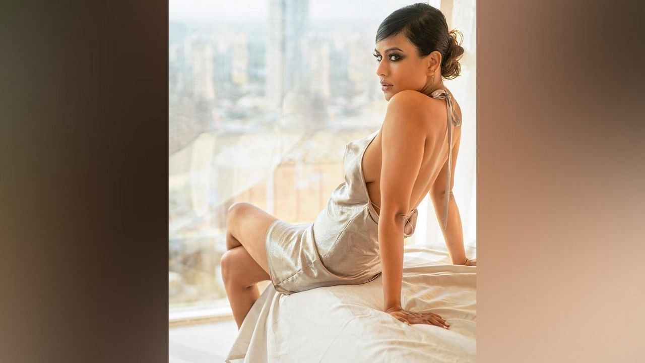 नियाचा हा शॉर्ट ड्रेस पुन्हा एकदा सिद्ध करत आहे की निया तिच्या स्टाईल स्टेटमेंटशी कधीही तडजोड करत नाही.