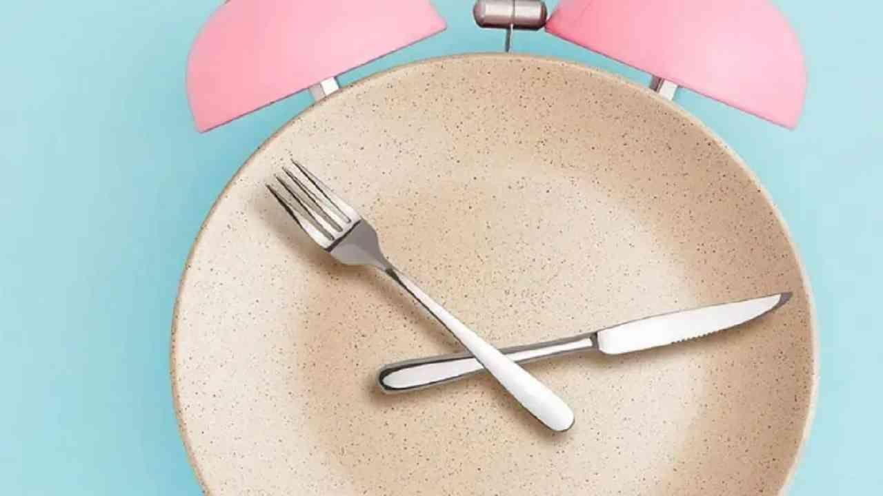 जंक फूड खाणे टाळण्यासाठी पोट बाहेर जाताना शक्यतो जेवन करूनच जा. ज्यामुळे आपल्याला बाहेर गेल्यावर भूक लागणार नाही. बाहेरील खाद्यपदार्थ खाणे टाळाच.