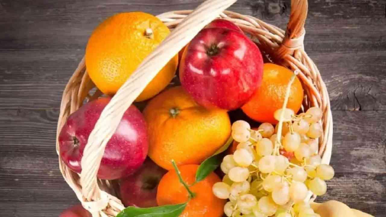 जर तुम्हाला कधी भूक लागली तर त्यासाठी काही फळे तुमच्यासोबत ठेवा. ज्यामुळे भूक लागल्यावर ती फळे आपण खाऊ शकतो. यामुळे बाहेरचे अन्न खाण्याची वेळ आपल्यावर येणार नाही.