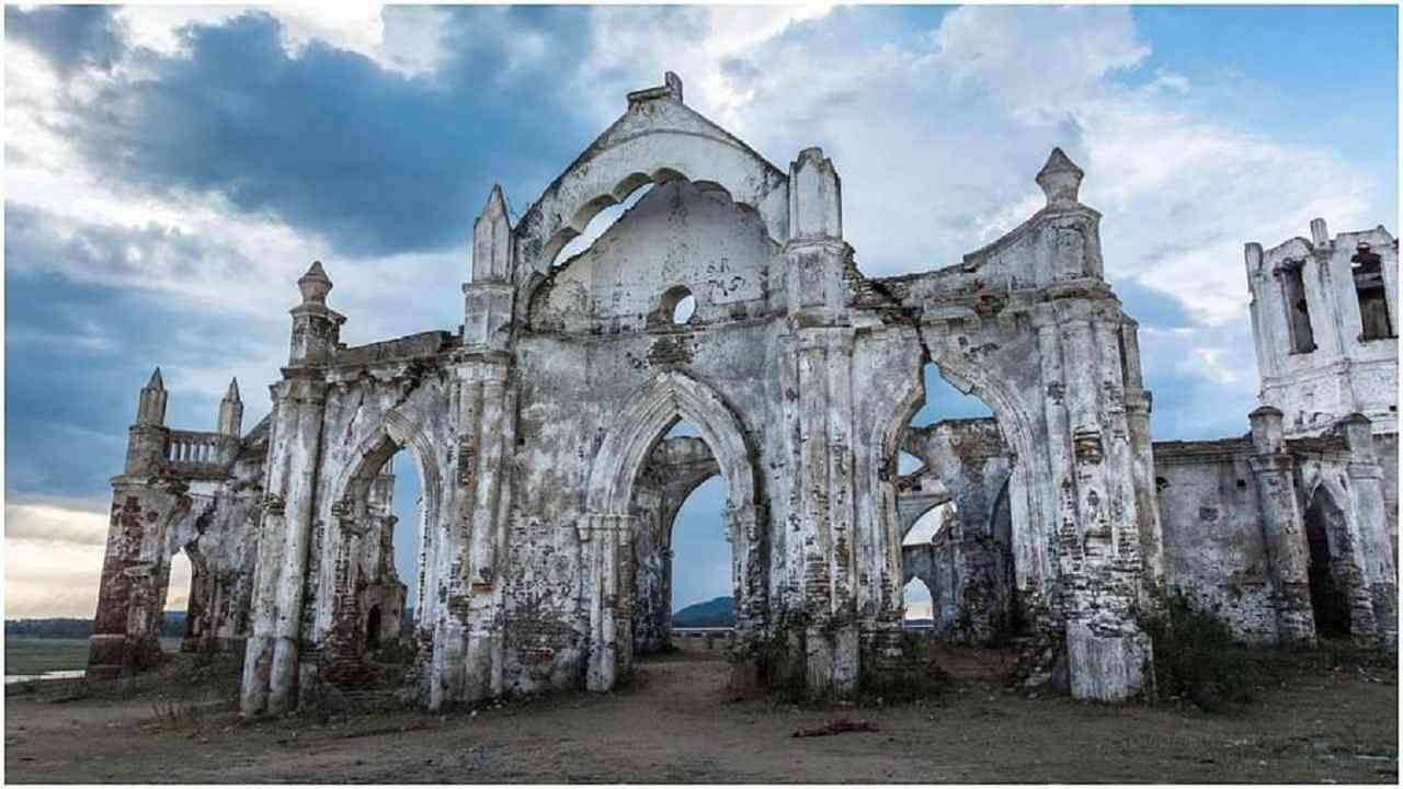 हे चर्च कर्नाटकातील हसनपासून सुमारे 22 किमी अंतरावर असलेल्या शेट्टीहल्ली रोझरी येथे स्थित आहे. तेथील स्थानिक लोक या चर्चला बुडणारे चर्च किंवा तरंगते चर्च म्हणून ओळखतात. सध्या ह्या चर्चची रचना भग्न आहे, तरीही ती उत्तम कलाकृतीचा एक अद्भूत नमुना आहे.