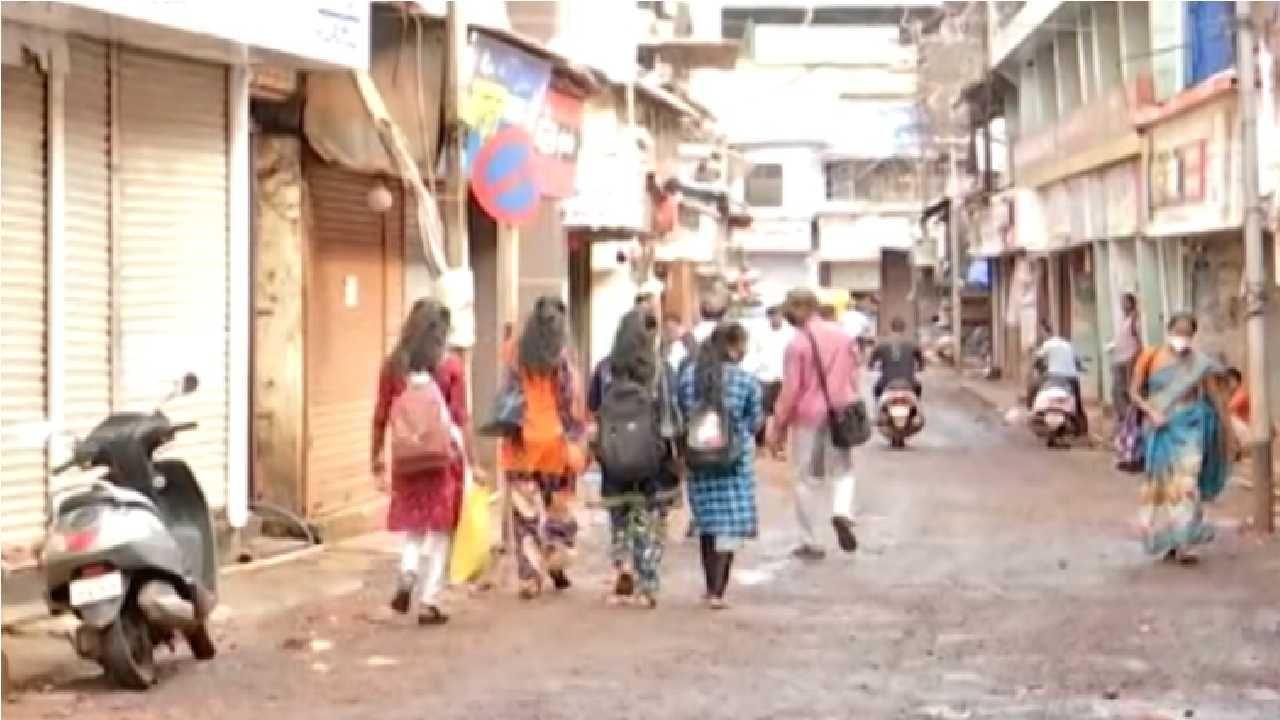 रत्नागिरी जिल्ह्यात आजच्या महाराष्ट्र बंदला संमिश्र प्रतिसाद मिळत आहे. नागरिक विविध कारणांनी घराबाहेर पडत आहे.