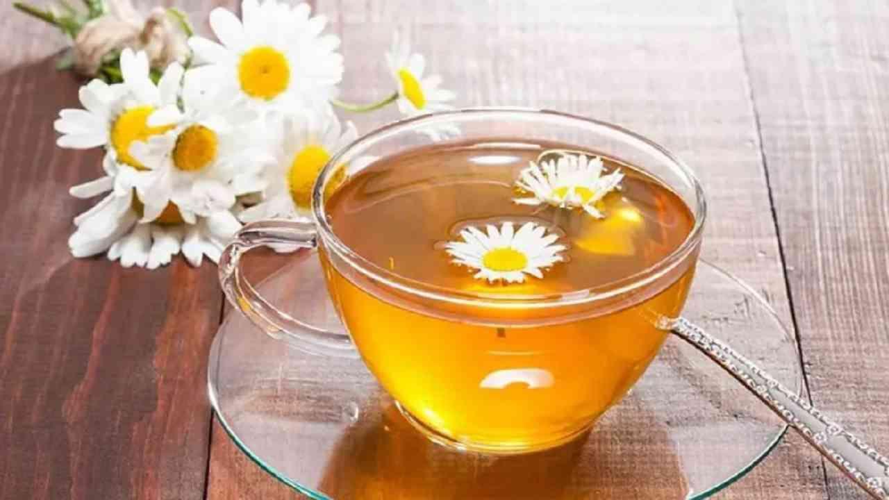 काही अभ्यासानुसार, कॅमोमाइल चहा मधुमेह असलेल्या लोकांमध्ये रक्तातील साखर कमी करू शकते. 2008 च्या एका अभ्यासात असे दिसून आले आहे की कॅमोमाइल चहाचे वारंवार सेवन केल्याने रक्तातील साखर वाढण्यापासून रोखता येते.