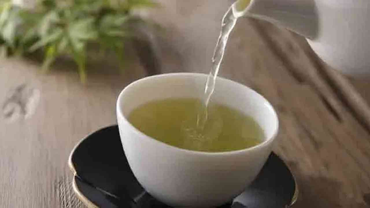 वजन कमी करण्यासाठी मेथीचा चहा अत्यंत फायदेशीर आहे. जर एखाद्या दिवशी आपल्याला असे वाटले की, आपण आपल्यापेक्षा आवश्यकतेपेक्षा जास्त अन्न खाल्ले आहे, तर हा चहा आपल्याला सुधारित पचनासह अन्न पचविण्यात देखील मदत करेल.