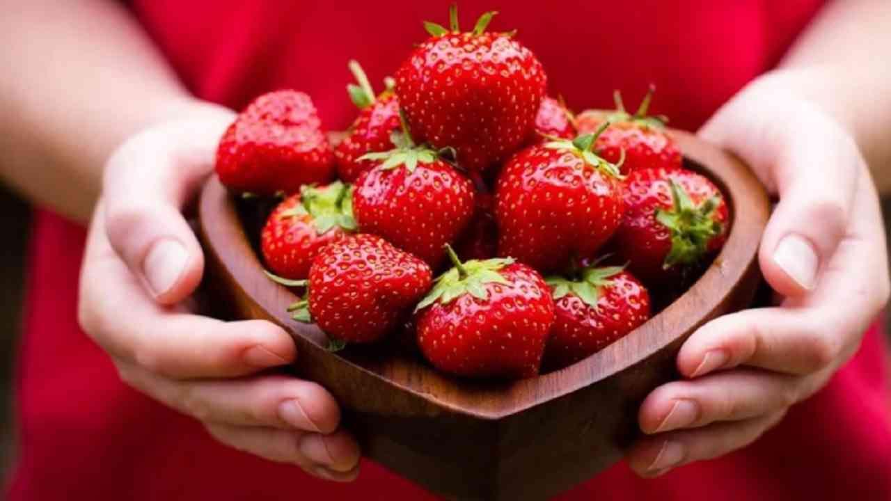स्ट्रॉबेरी - स्ट्रॉबेरीमध्ये व्हाईटिंग एंजाइम मॅलिक अॅसिड असते. पांढऱ्या दातांसाठी स्ट्रॉबेरी थेट दातांवर घासून किंवा प्युरी बनवून पेस्टप्रमाणे चोळा.