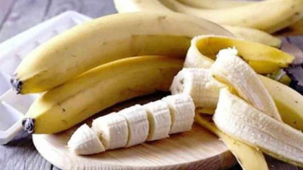 केळी - केळी पोटॅशियम, मॅग्नेशियम आणि मॅंगनीज समृध्द असतात. हे आरोग्यासाठी खूप फायदेशीर आहे. केळीच्या सालीचा आतील भाग दातांवर चोळल्याने तुमचे दात पांढरे होण्यास मदत होते.