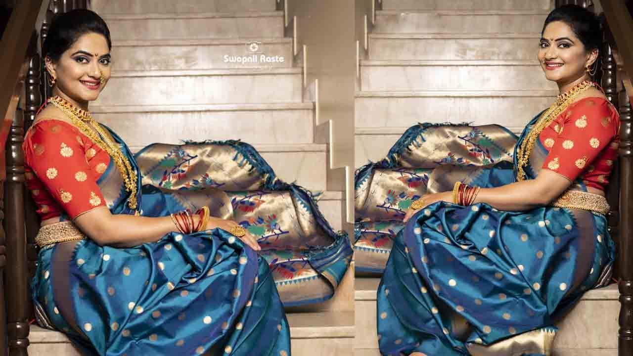 अभिनेत्री कश्मीरा कुलकर्णी 'जर्नी प्रेमाची', 'कॅरी ऑन मराठा' अशा मराठी चित्रपटांमध्ये झळकली आहे. या खास फोटोशूटमध्ये कश्मीराने निळ्या रंगाची नऊवारी साडी आणि पारंपारिक दागिने परिधान केले आहेत.