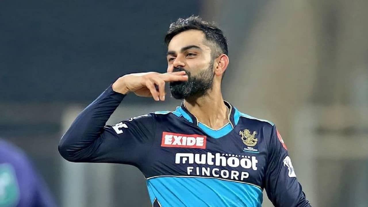 टीम इंडियाचा कर्णधार विराट कोहलीने (Virat Kohli) त्याच्या आयपीएल कारकीर्दीतला कर्णधारपदाचा शेवटचा सामना सोमवारी कोलकाता नाईट रायडर्स (केकेआर) विरुद्ध खेळला. या आयपीएल हंगामानंतर तो रॉयल चॅलेंजर्स बंगळुरुच्या कर्णधारपदावरून पायउतार होणार असल्याचं विराट कोहलीने यापूर्वीच जाहीर केले होतं. दरम्यान केकेआरकडून पराभव पत्करावा लागल्याने आरसीबीचं स्पर्धेतील आव्हान इथेच संपला असून आता विराट आरसीबीचा कर्णधार म्हणून कधीच खेळणार नाही