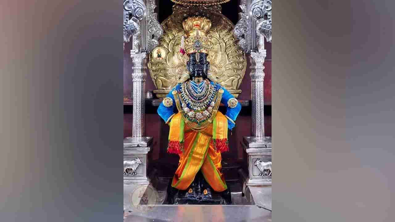 Sri Vitthala, on the other hand, was adorned with a diamond necklace, tulsi necklace, side band, crown, necklace, box necklace, so the form of the shadow Vithuraya was more open.