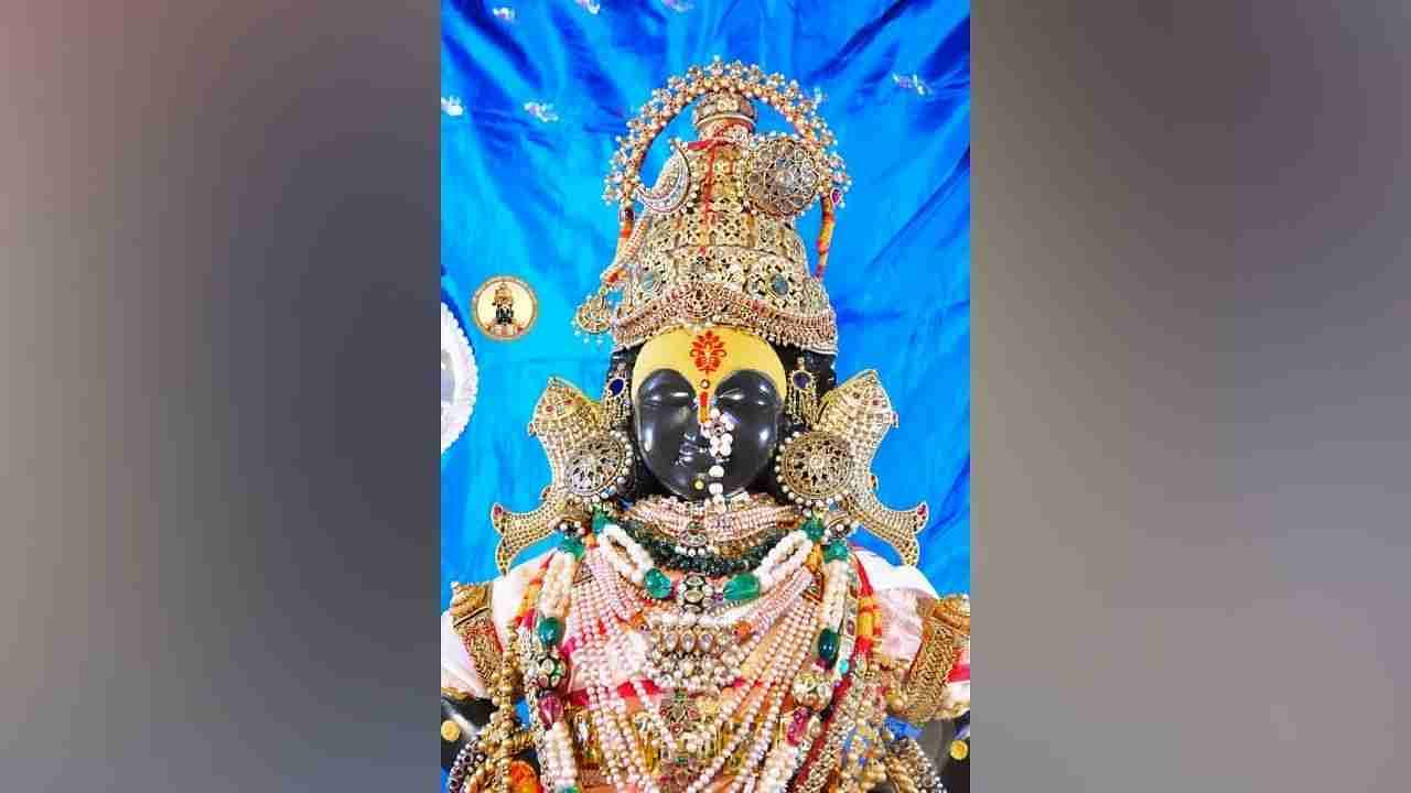 During Navratri, many women devotees from Pandharpur and the district flock to see this unique and attractive form of God.