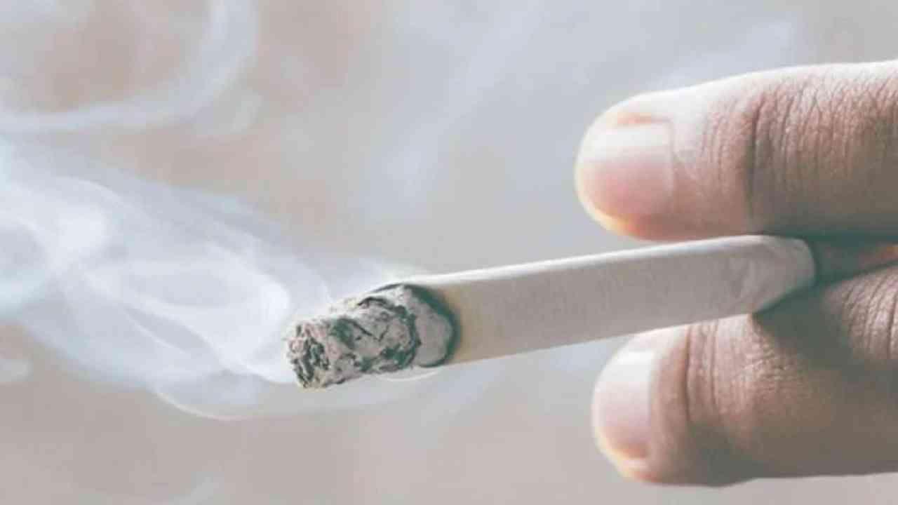 धूम्रपान करणे टाळा - अनेक आरोग्य समस्यांव्यतिरिक्त, धूम्रपान केल्याने डोळ्यांशी संबंधित समस्या होऊ शकतात जसे मोतीबिंदू.यामुळे धूम्रपान करणे टाळा.